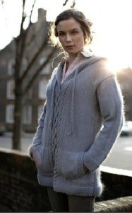 Aran pullover with pockets and hood-free knitting pattern